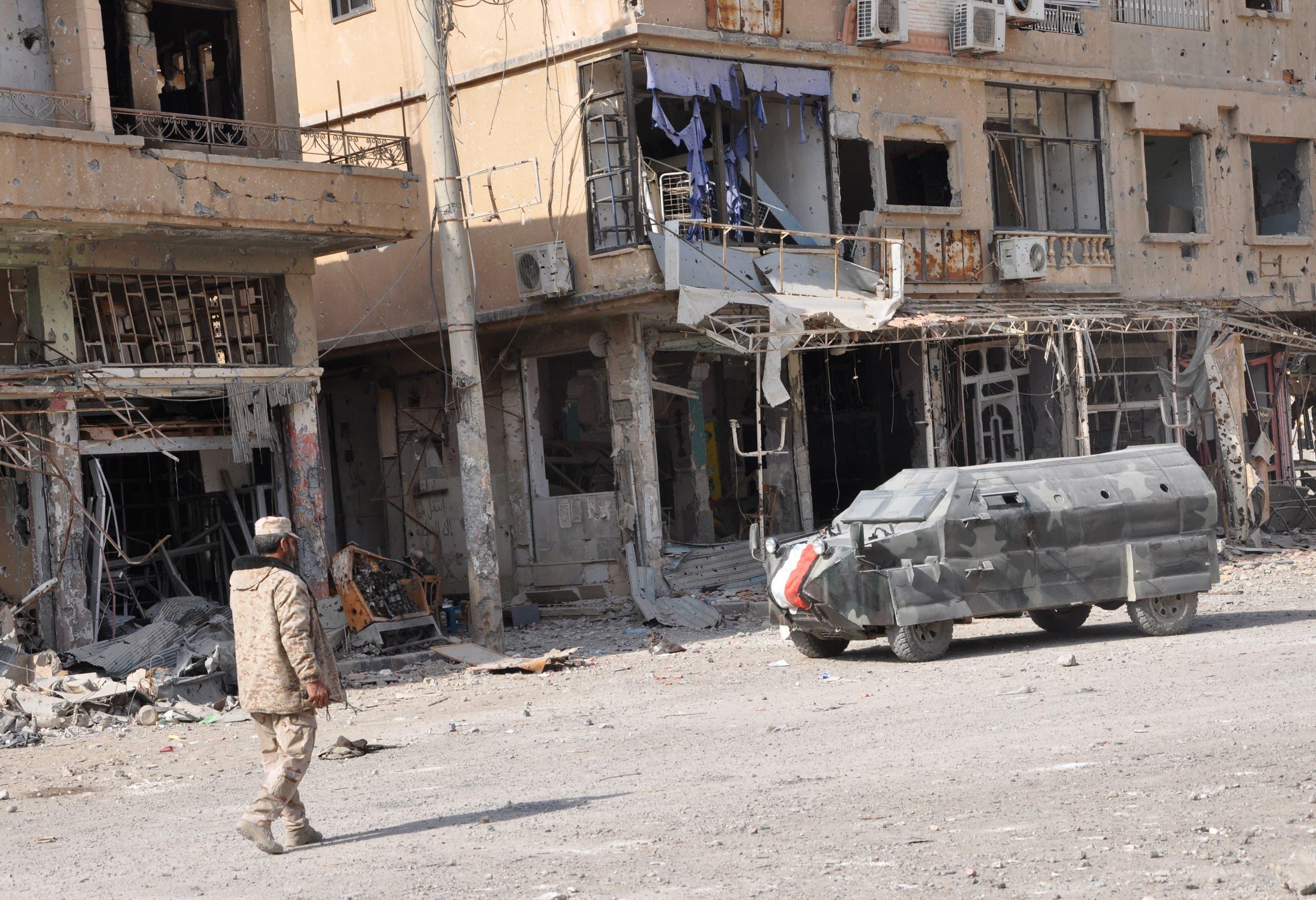 جندي من النظام السوري في منقطة من دير الزور خاضعة لسيطرة الأسد