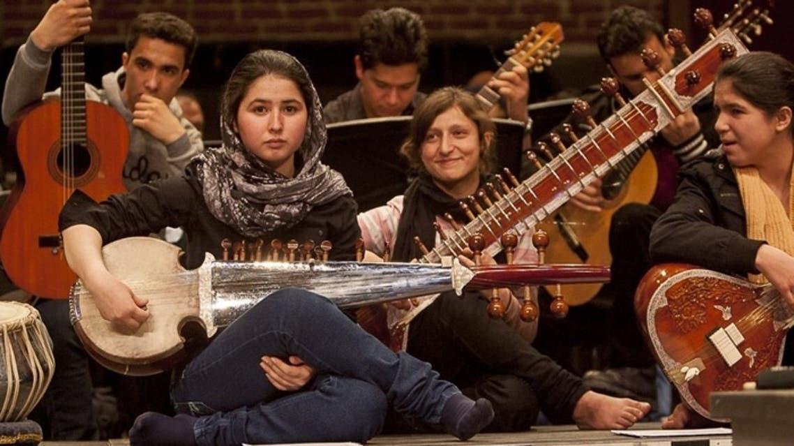 فتاة أفغانية تعزف الموسيقى