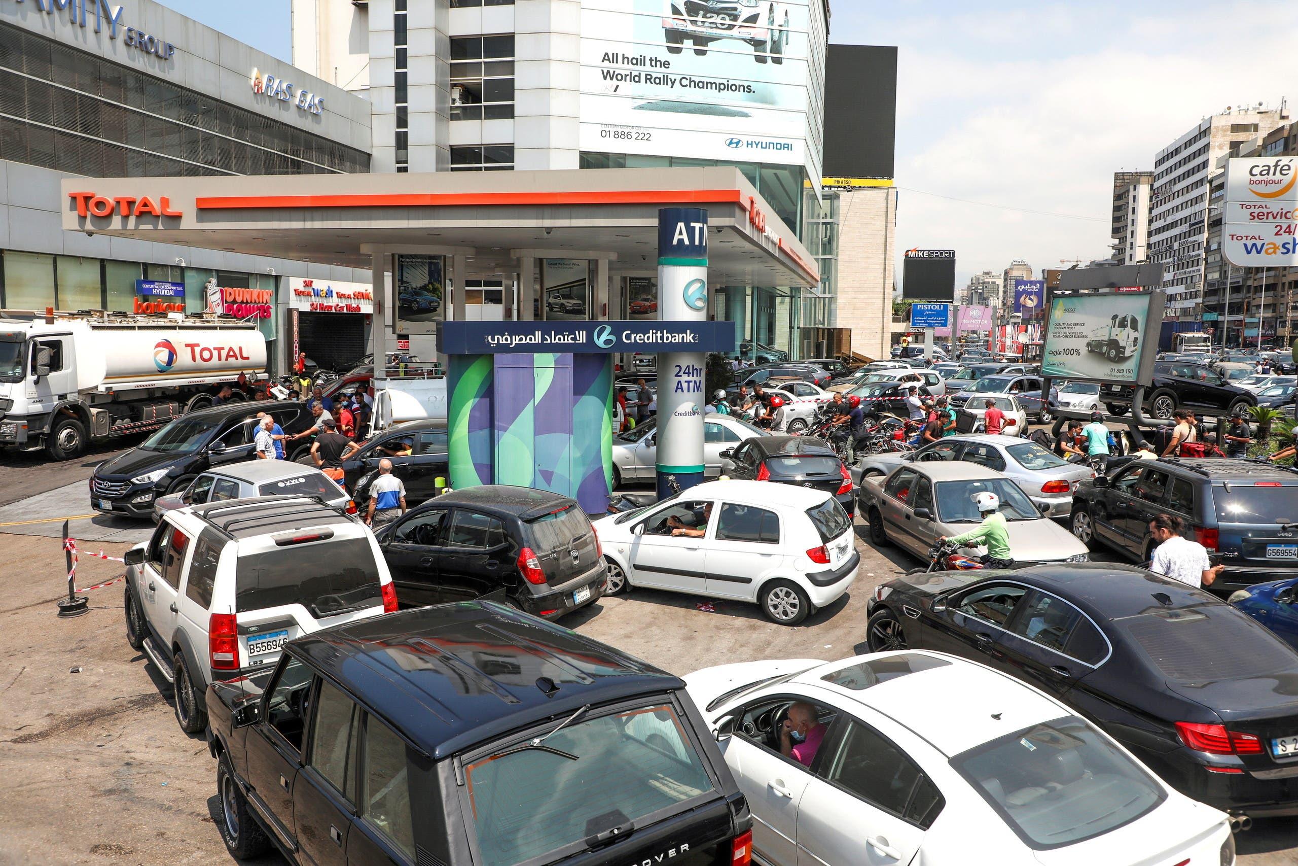 طوابير على محطات الوقود في لبنان
