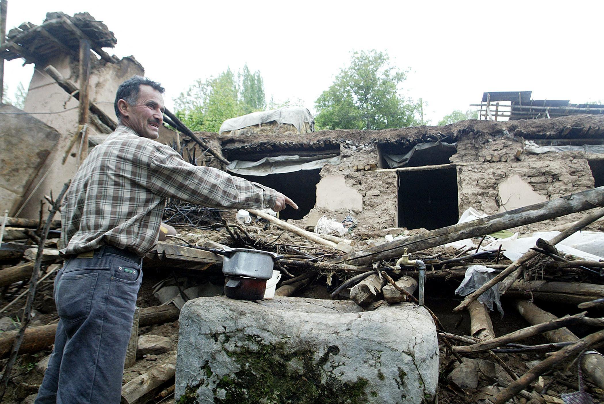 أضرار خلفها زلزال وسط إيران في 2004