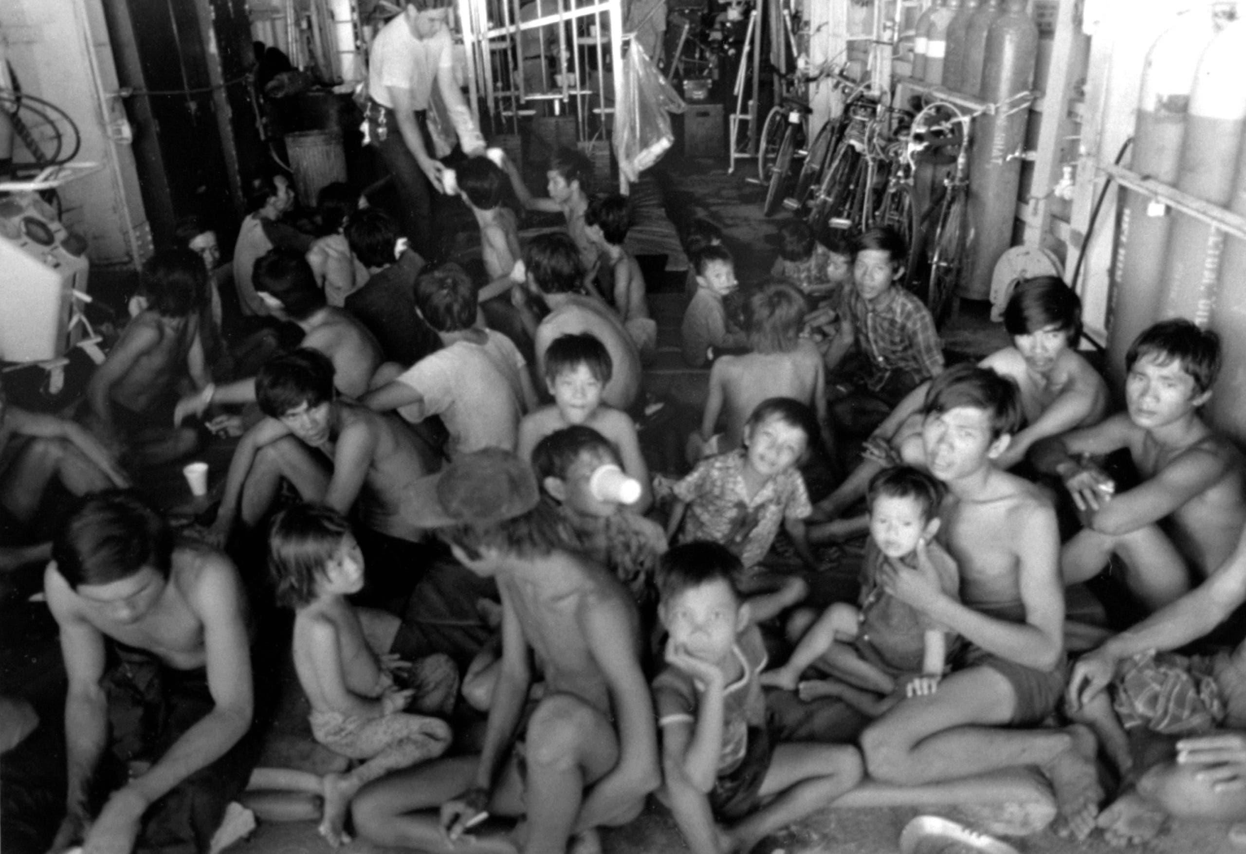 لاجئون فيتناميون عقب إنقاذهم من الغرق