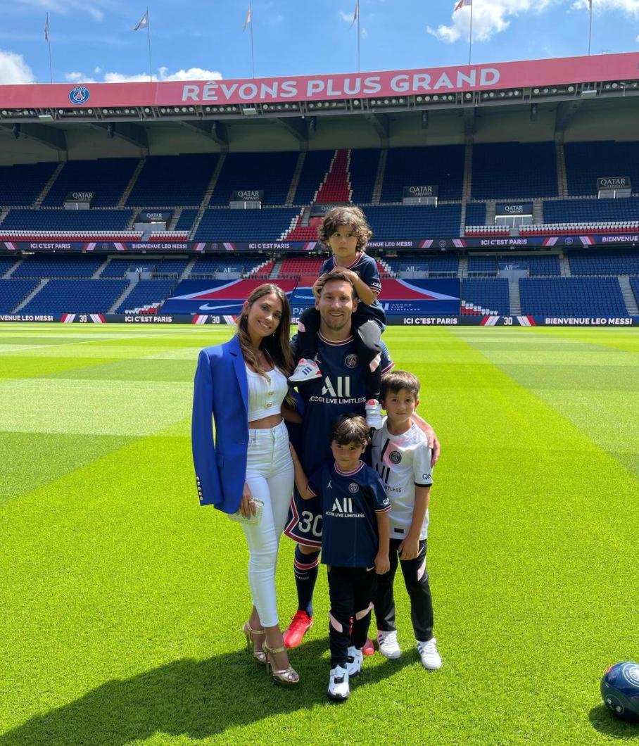 ميسي وعائلته في صورة من حساب زوجته أنتونيلا على إنستغرام (أرشيفية)