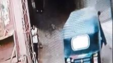 لحظات تخطف الأنفاس.. فيديو لطفل بمصر سحبته الكهرباء