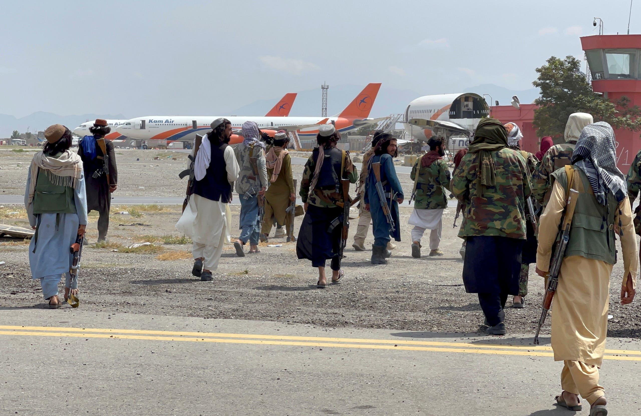 عناصر طلبان أثناء اقتحام المطار (رويترز)