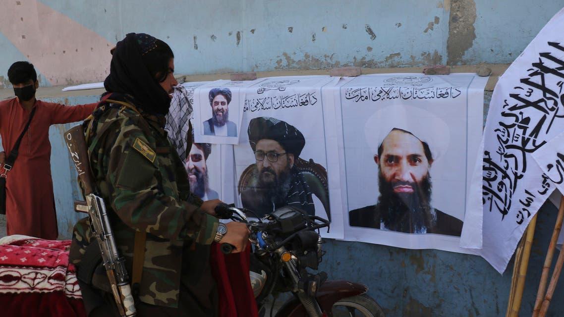 صورة لزعيم طالبان هبة الله آخوند زاده على حائط في كابل  (أرشيفية- رويترز)