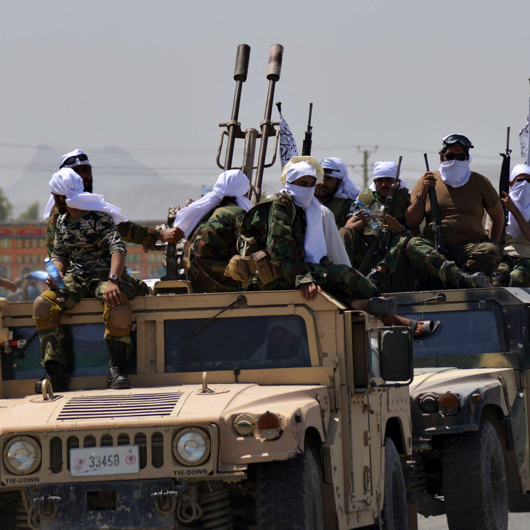 من معقلها.. شاهد طالبان تستعرض  بمعدات وأسلحة أميركية