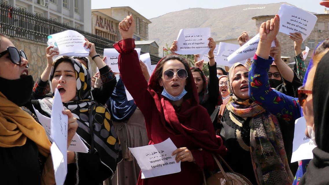 متظاهرات بالقرب من القصر الرئاسي في كابل (أسوشييتد برس)