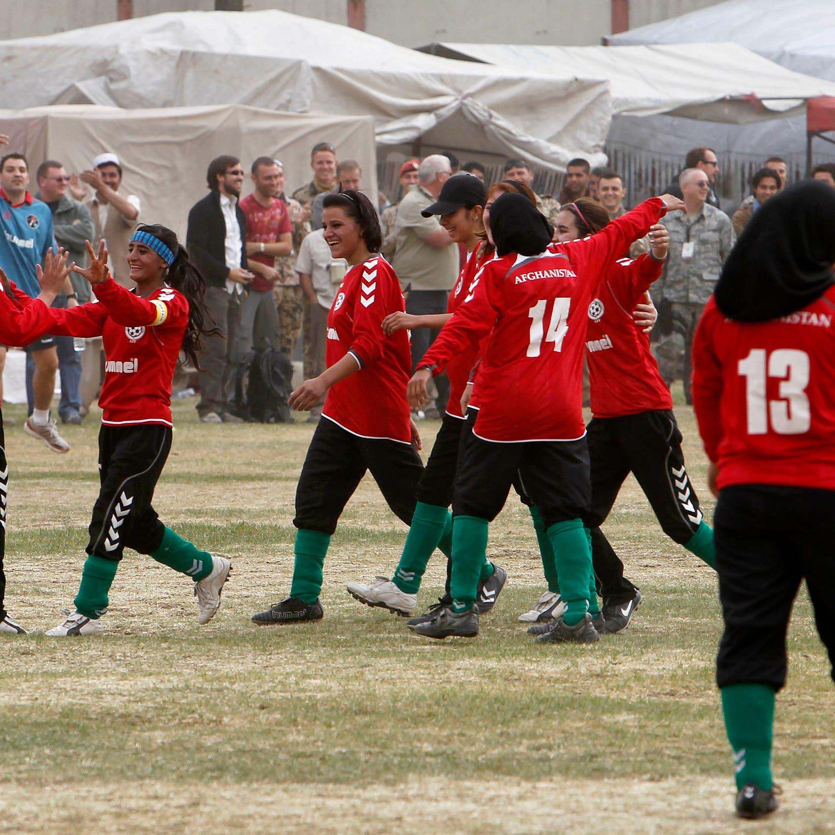 أحرقن الثياب والجوائز.. فريق القدم النسائي يغادر كابل