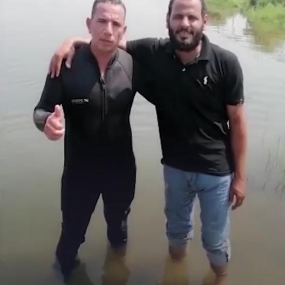 شاهد.. غطاس مصري ينتشل جثث المتوفين من المياه