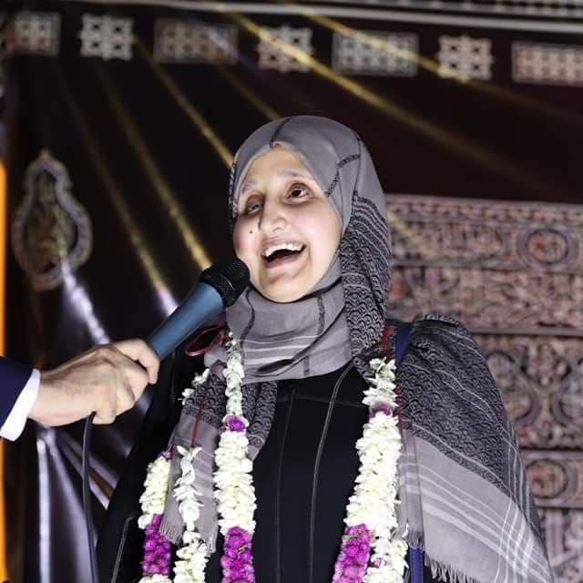 كفيفة يمنية تتحدى العتمة وتفوز بجائزة عربية للخطابة والإلقاء الشعري
