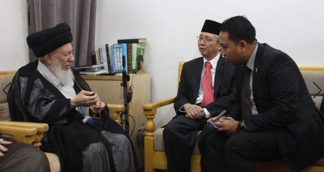 السيد محمد سعيد الحكيم مستقبلا السفير الإندونيسي في العراق
