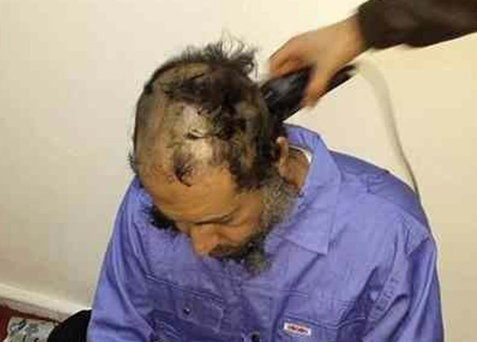 حلق رأس الساعدي القذافي في سجن بطرابلس بعد تسلمه من النيجر في 2014