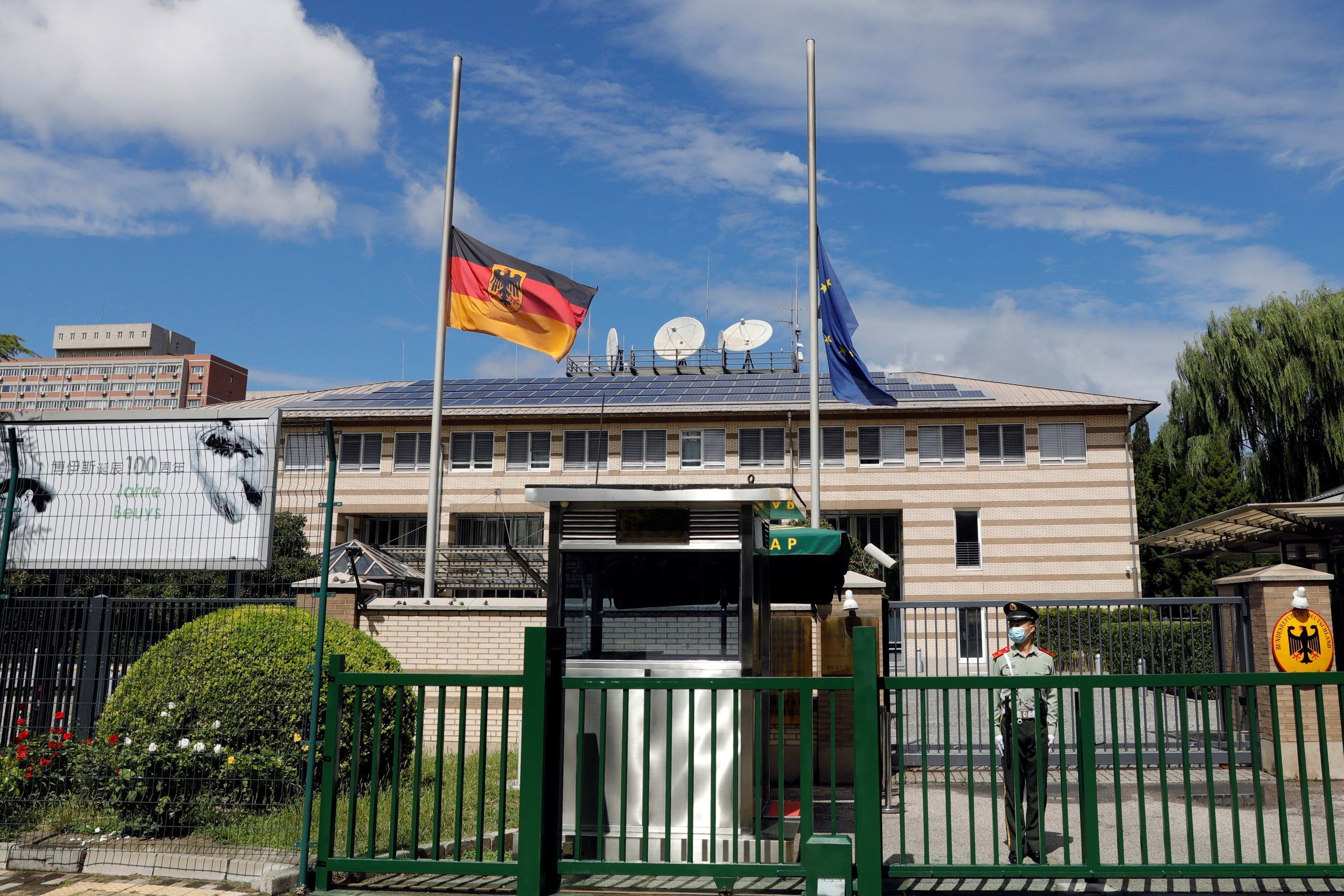تنكيس الأعلام في السفارة الألمانية في بكين