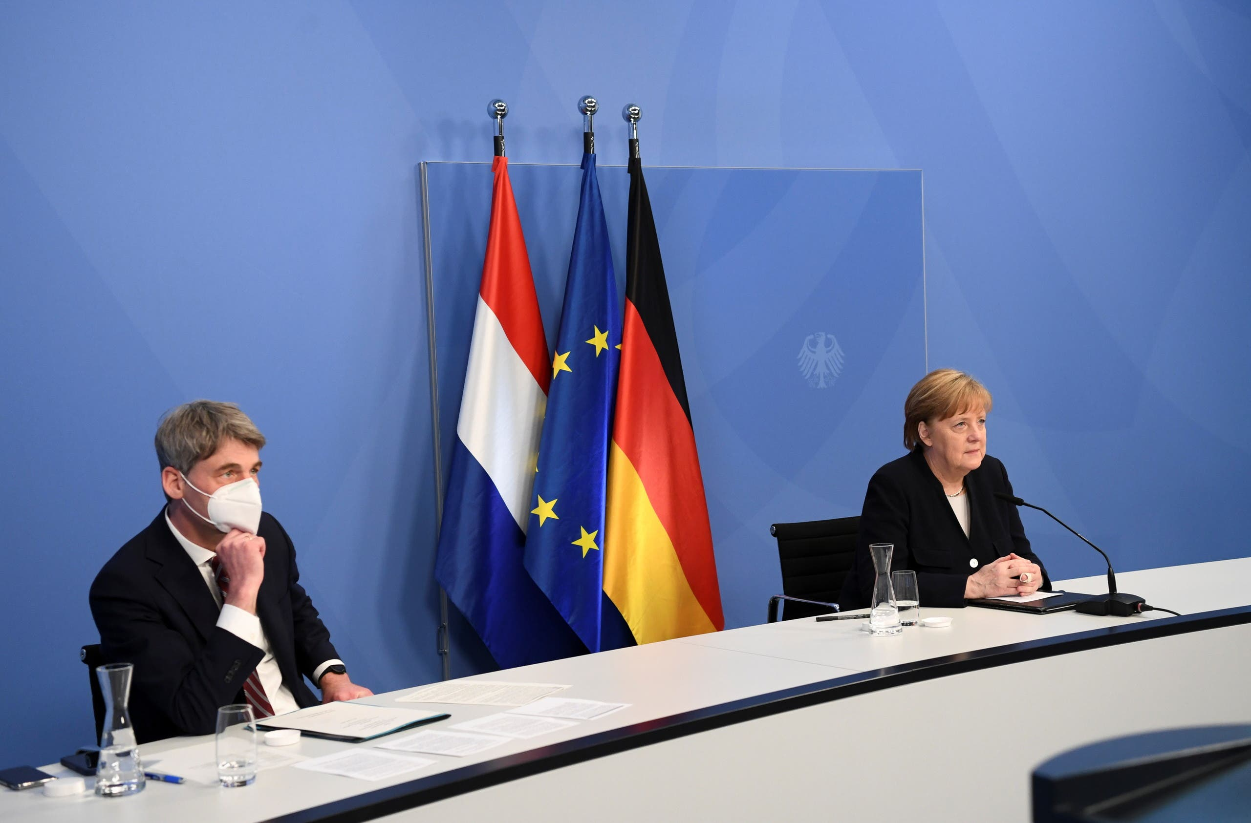 هيكر خلال اجتماع برئاسة ميركل في برلين في مايو الماضي