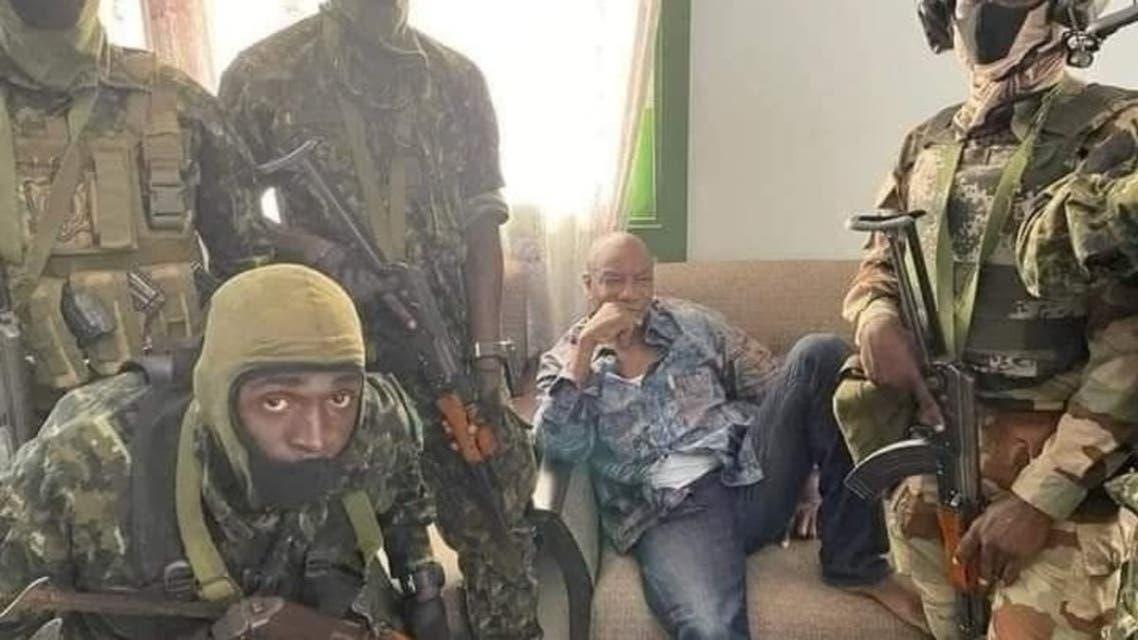 من الصور المتداولة بمواقع التواصل لرئيس غينيا ألفا كوندي محاطا بالجنود