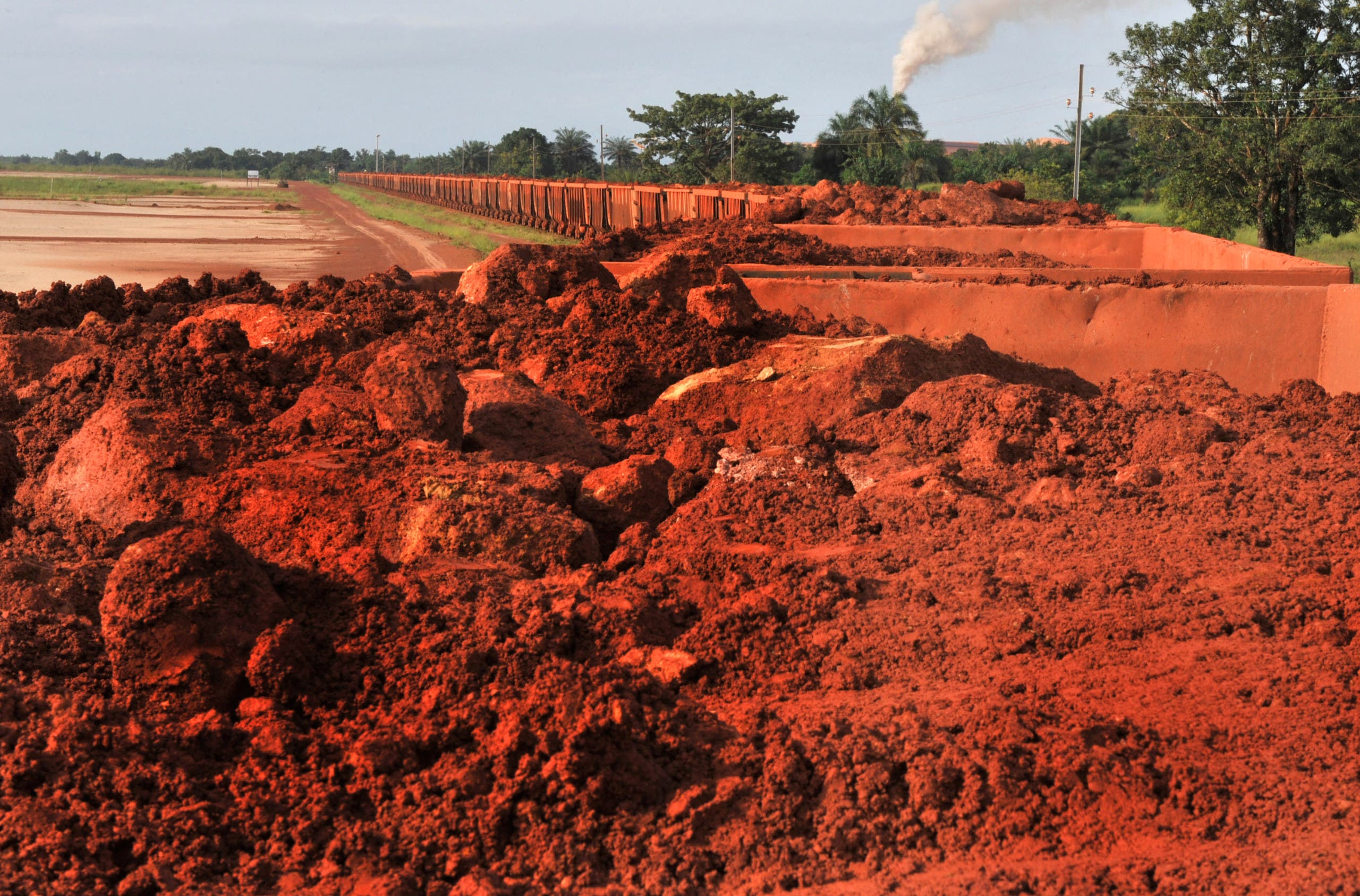 A train loaded with bauxite arrives at the bauxite factory of Guinea's largest mining firm, Compagnie des Bauxites de Guinee (CBG), at Kamsar, a town north of the capital Conakry, on October 23, 2008. (AFP)