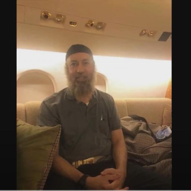 شاهد أول ظهور للساعدي القذافي.. على متن الطائرة