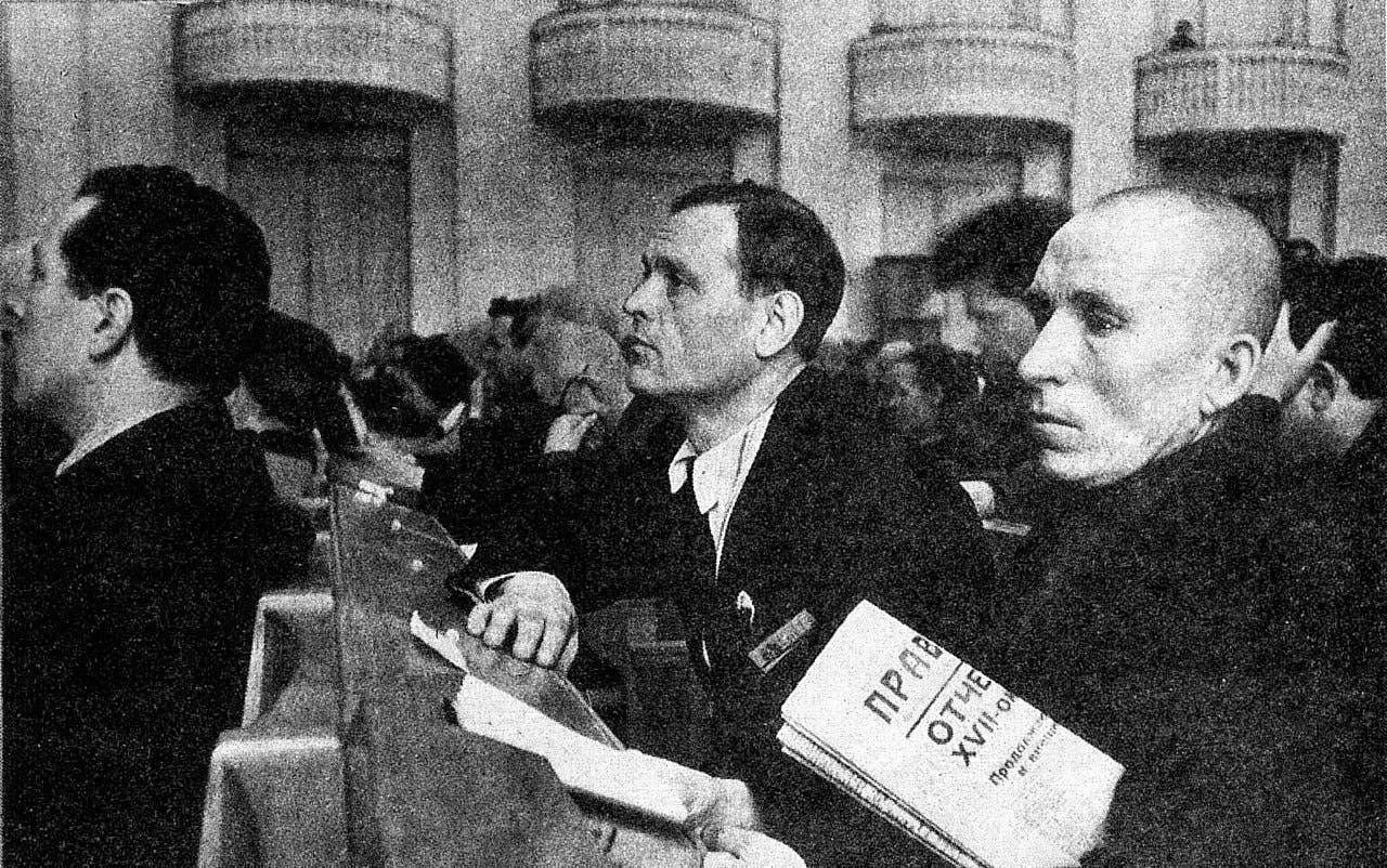صورة لعضو بالحزب الشيوعي السوفيتي وهو يحمل البرافدا بيده عام 1937