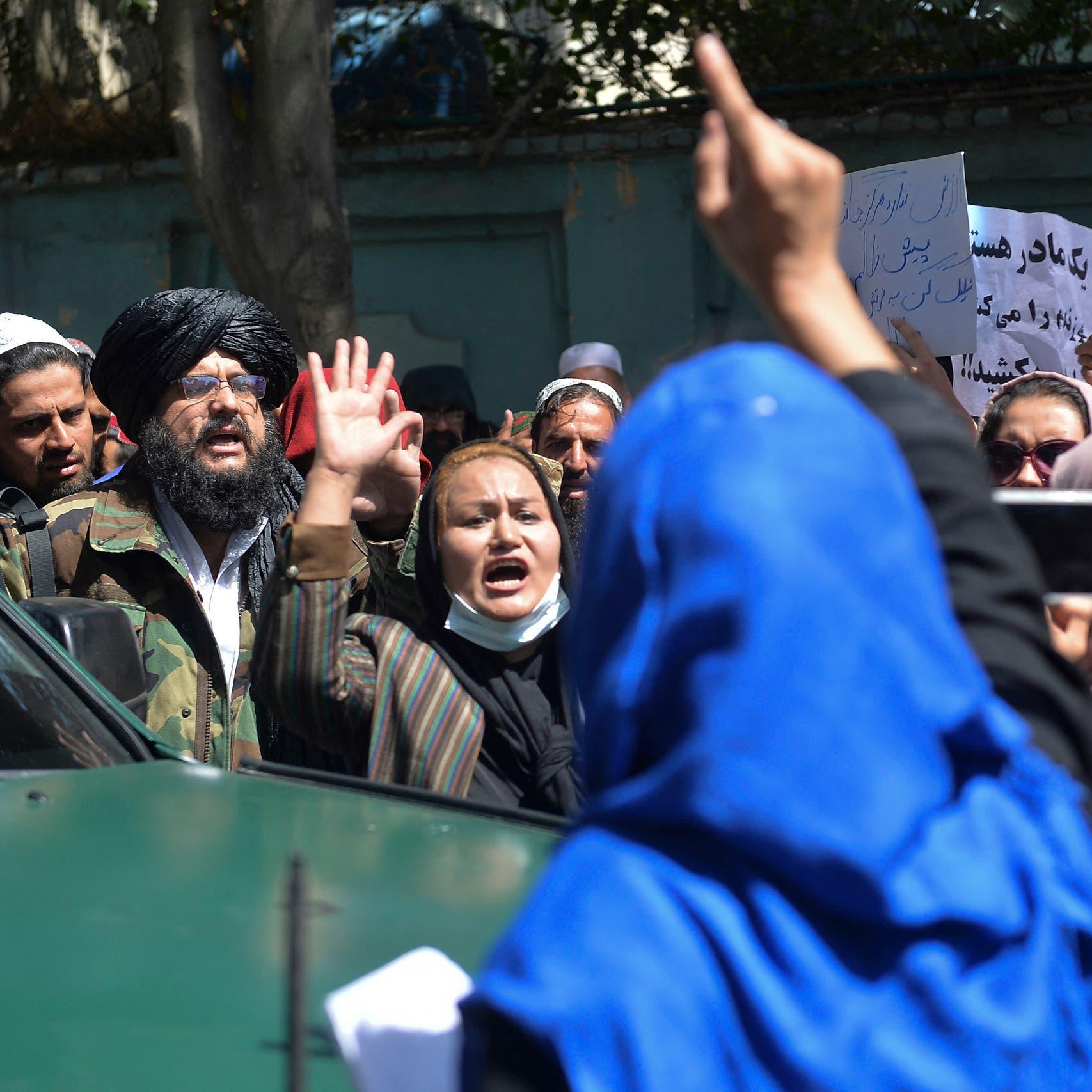طالبان تفرق بالرصاص محتجات في كابل.. وتضربهن بالهراوات