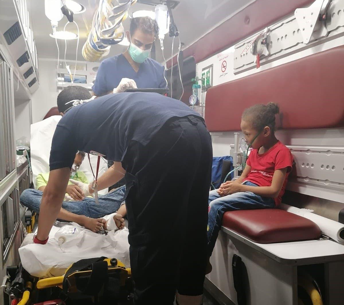 خلال اسعاف الطفلين بعد الحادثة