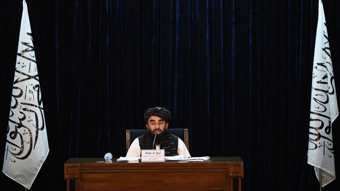 ذبيح الله مجاهد المتحدث باسم طالبان معلنا أسماء أعضاء الحكومة (فرانس برس)