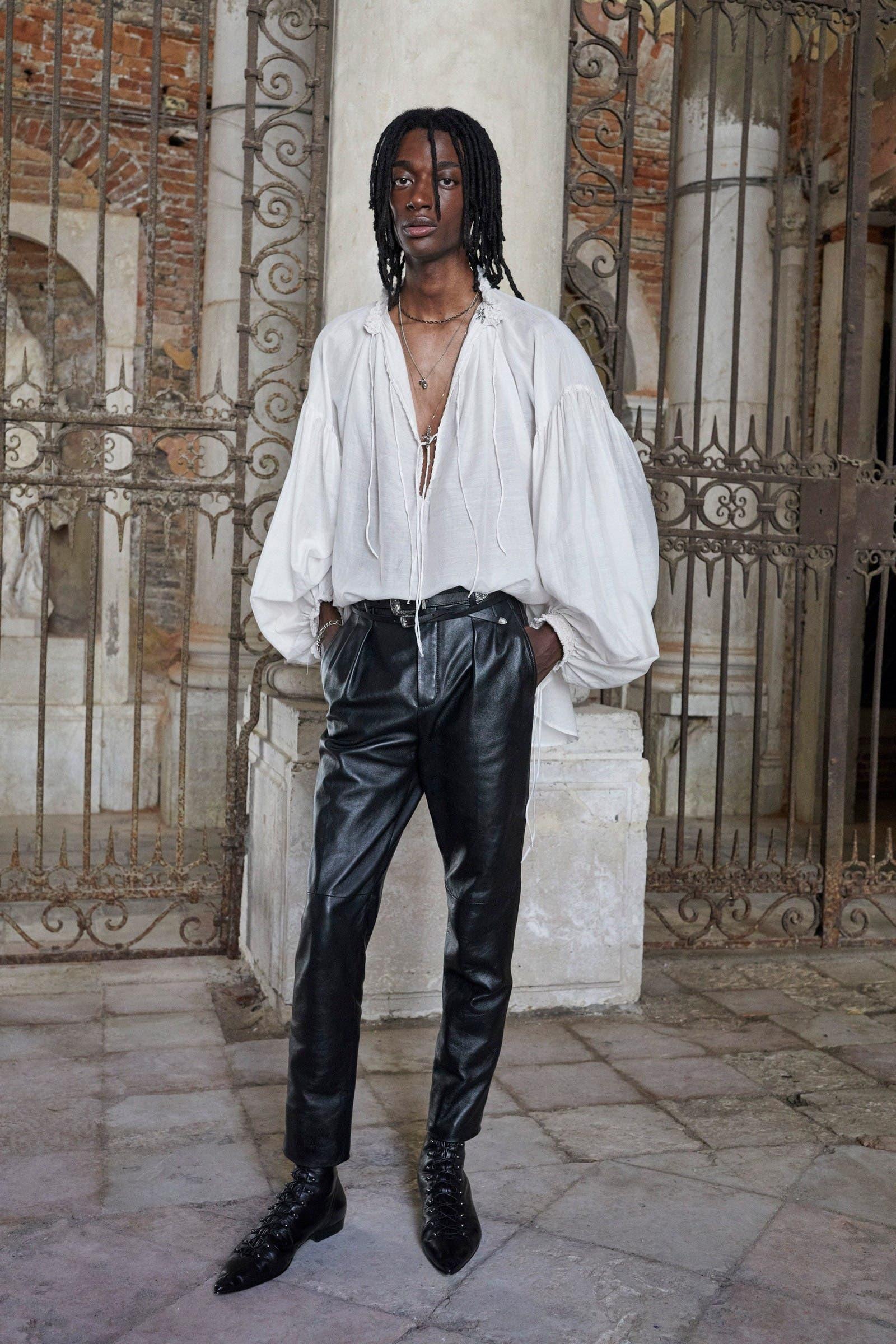 من عرض سان لوران للأزياء الرجاليّة لربيع 2022