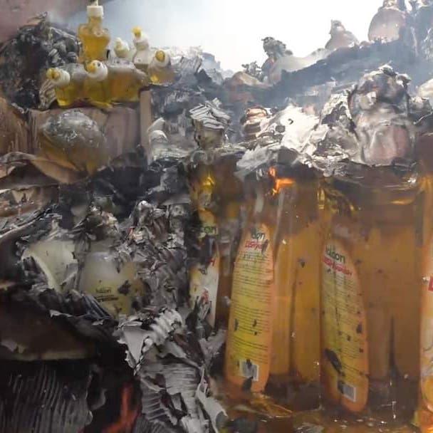 شاهد.. احتراق مستودعات الإغاثة الأممية جراء القصف الحوثي على ميناء المخا