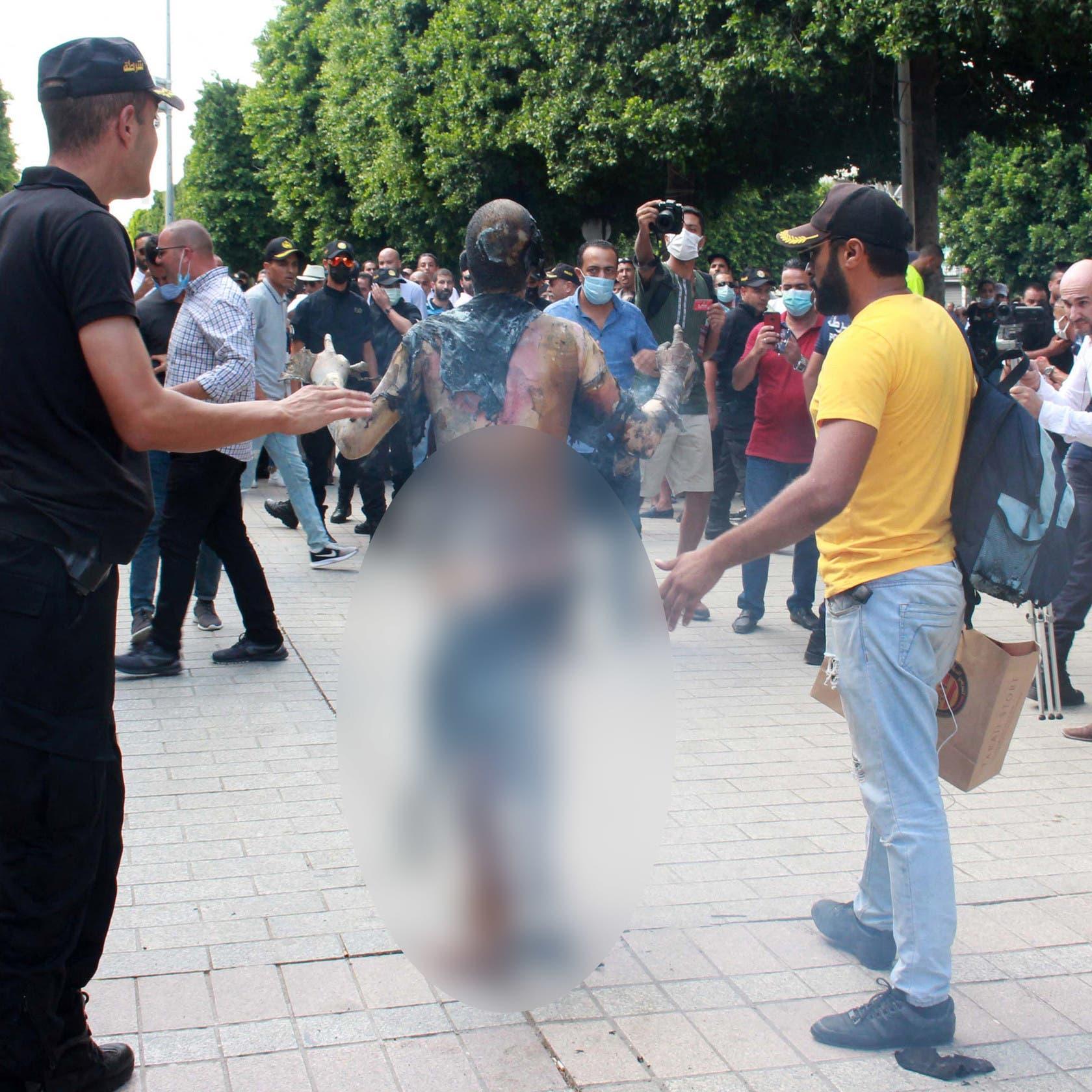 صور لا تحتمل.. النار التهمت جسد تونسي وقف متفحماً بالشارع