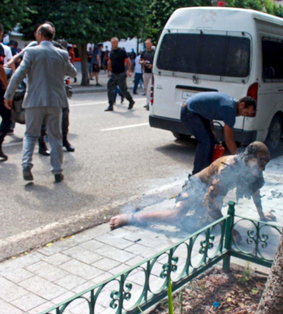 الشخص الذي أضرم النار بجسده في شارع الحبيب بورقيبة (فرانس برس)
