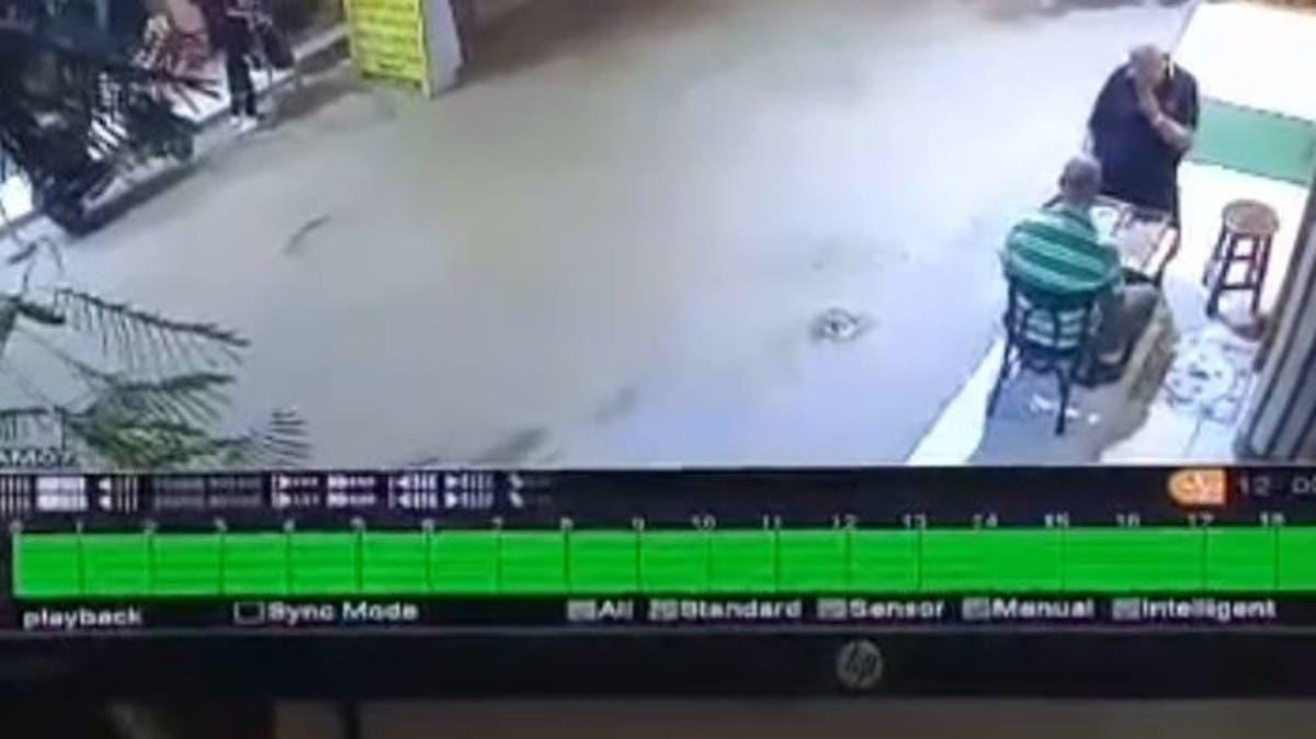 فيديو صادم من مصر.. اعتداء بالأسلحة البيضاء وسط الشارع!