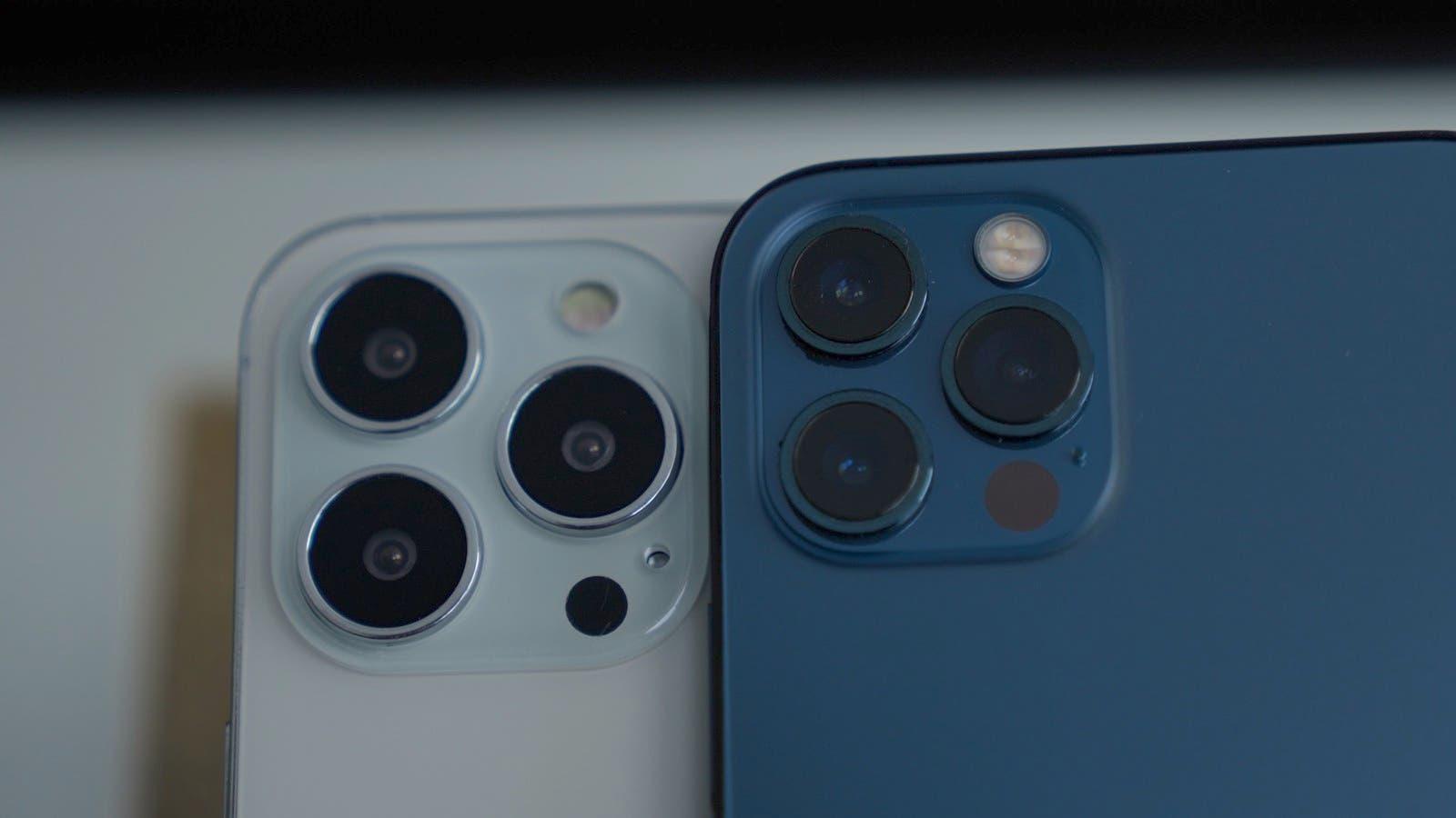 كاميرا هاتف أيفون 13 (على اليمين) وأيفون 12 (يسار)