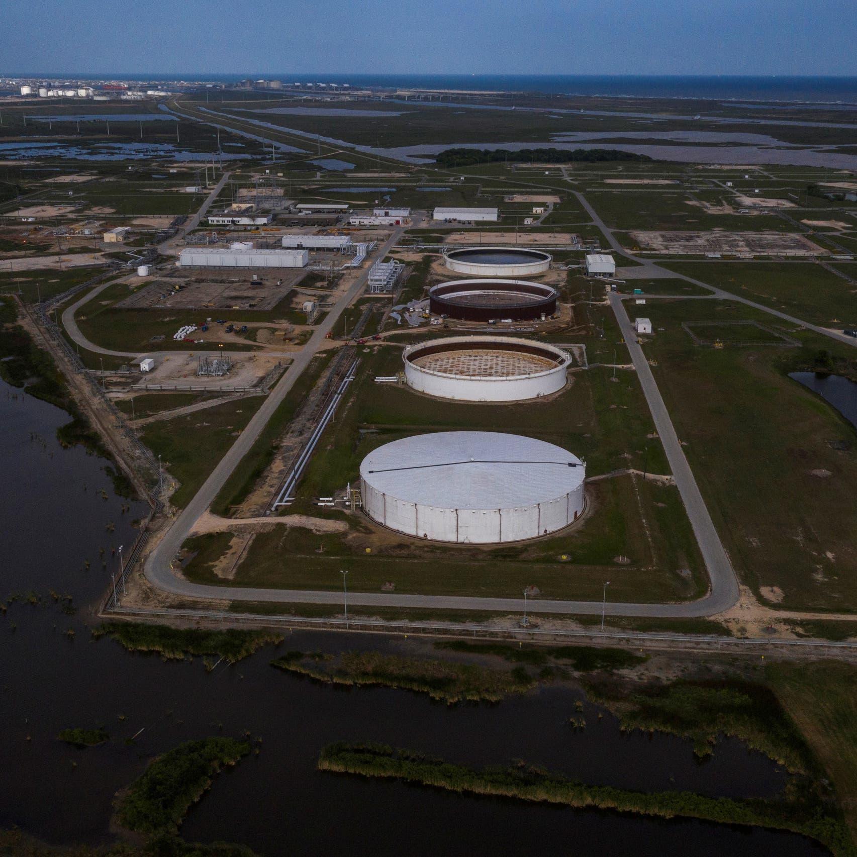 النفط يصعد مع تباطؤ عودة إمدادات أميركيةعطلها الإعصار
