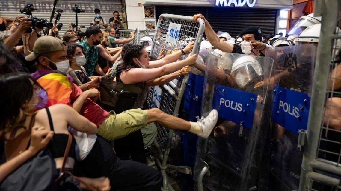 من تظاهرات اسطنبول ضد الانسحاب من الاتفاقية في الأول من يوليو (أ ف ب)