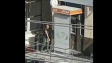 فيديو.. أردني يحطم بنكاً بسبب معاملة!
