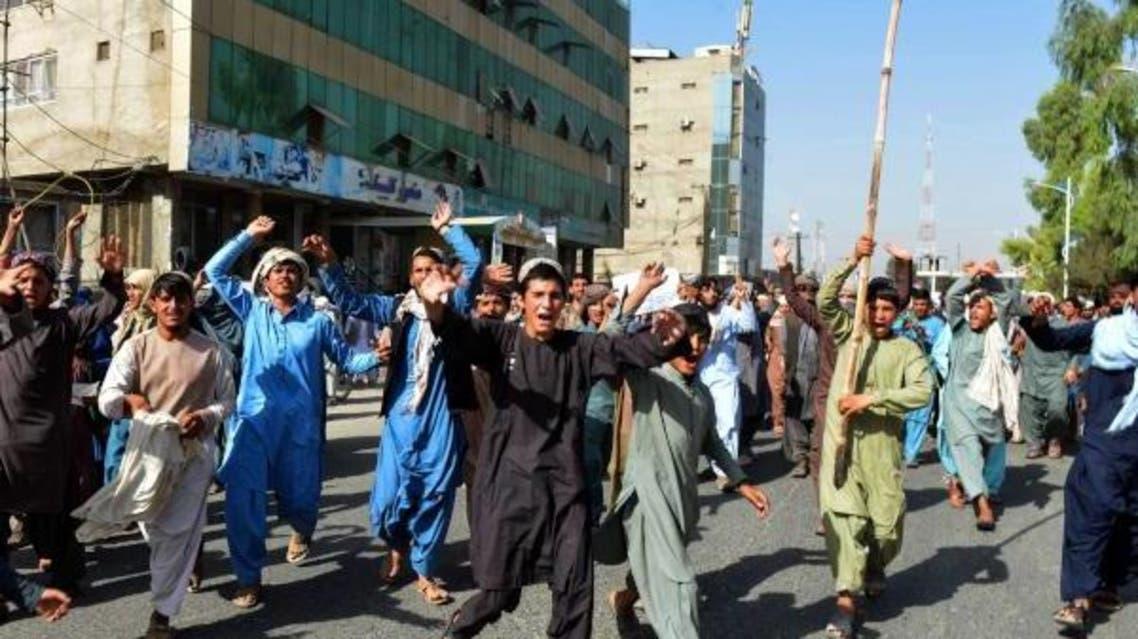 مظاهرة ضد «طالبان» بعد مطالبة السكان بإخلاء مجمع سكني لعائلات من الجيش وقوات الأمن في قندهار (رويترز)