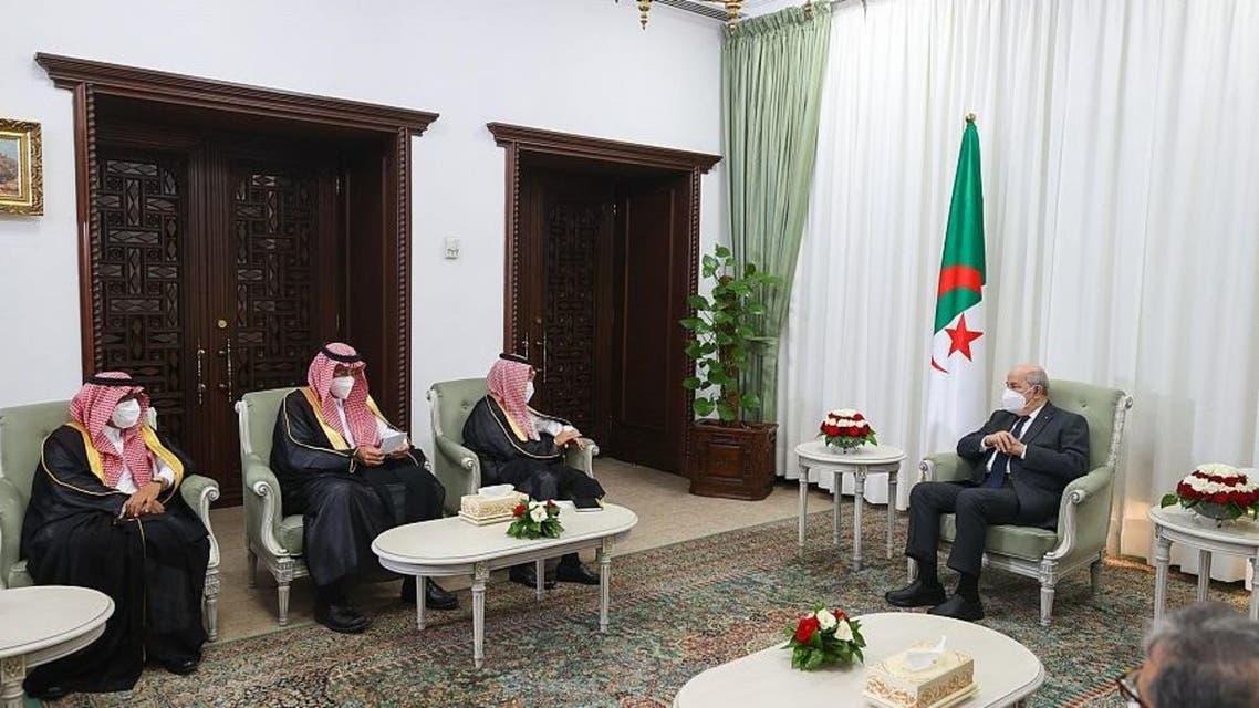 الرئيس الجزائري عبد المجيد تبون لدى استقباله الأمير فيصل بن فرحان بن عبدالله وزير الخارجية