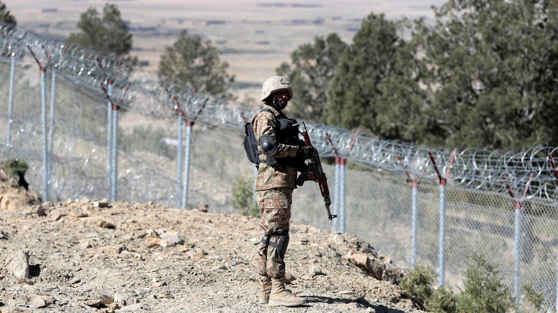 A soldier stands guard along the border fence at the Angoor Adda outpost on the border with Afghanistan in South Waziristan, Pakistan October 18, 2017. (Reuters)