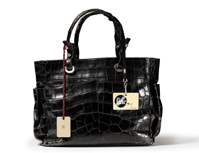 حقيبة شانيل مصنوعة من جلد التمساح من القطع المعروضة في المزاد