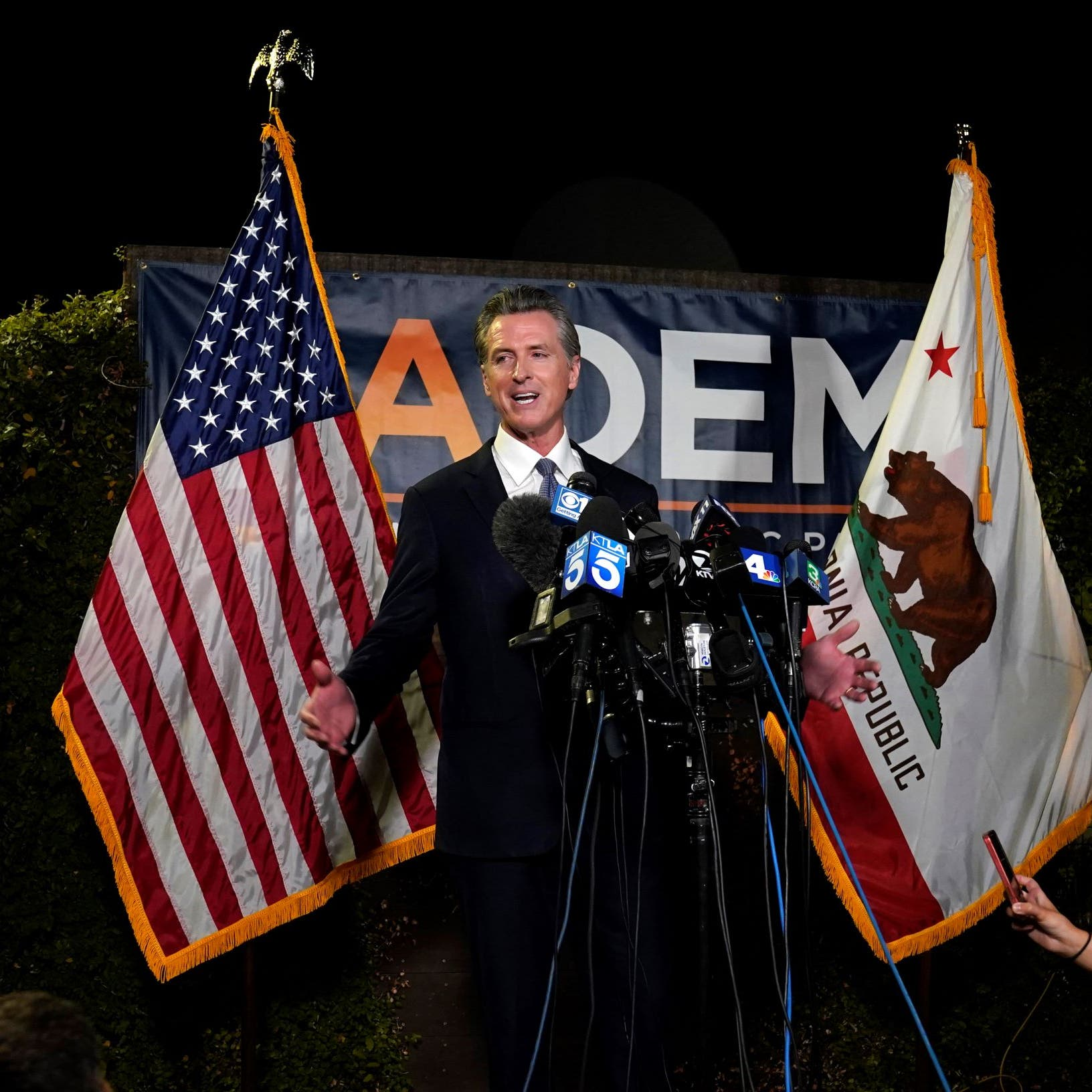 حاكم ولاية كاليفورنيا الديمقراطي ينجو من استفتاء ضد عزله