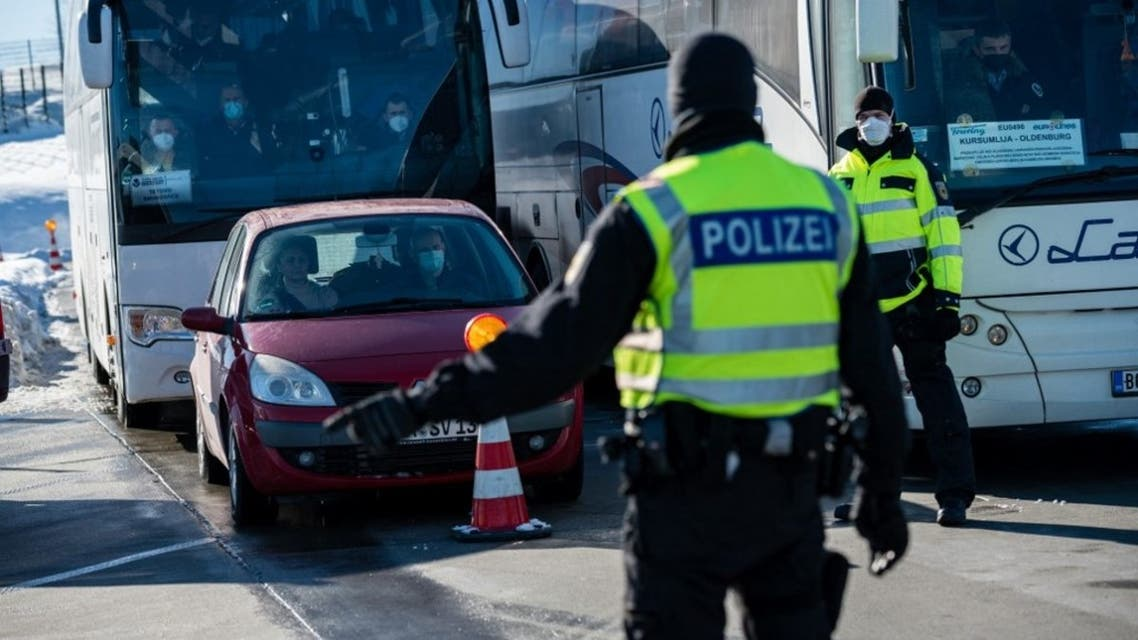 Officers of the Federal Police control bus passengers and car drivers at the German-Czech border near Breitenau, eastern Germany, on February 14, 2021. (File photo: AFP)