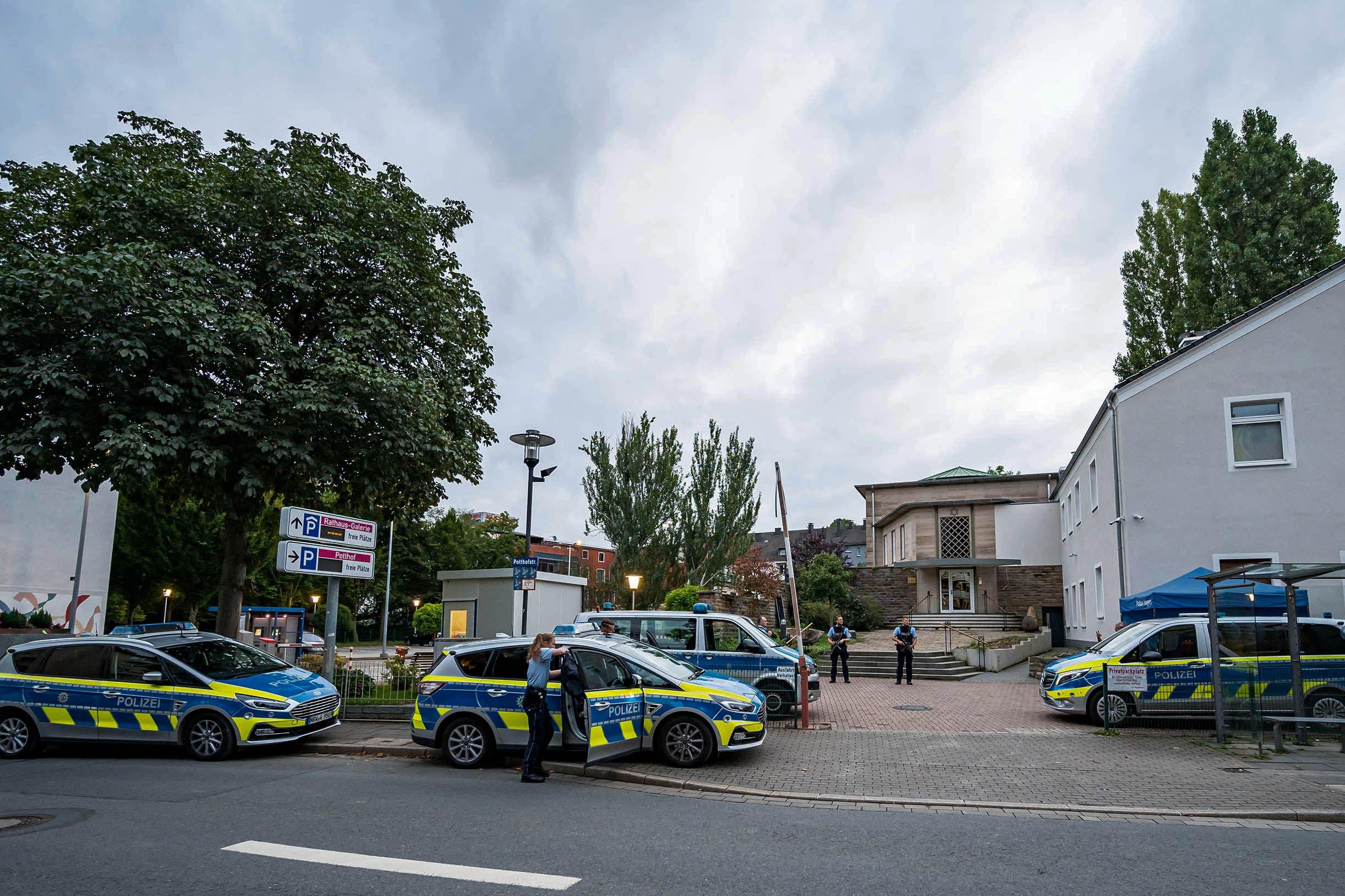 الشرطة الألمانية تؤمن المنطقة أمام الكنيس اليهودي في هاغن يوم 16 سبتمبر (فرانس برس)
