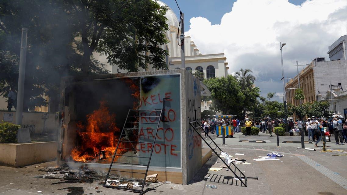 حرق صراف آلي لعملة بيتكوين في السلفادور (رويترز)