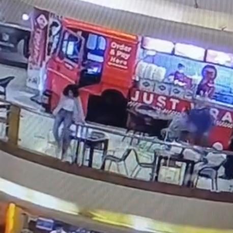 فيديو لا يصدق.. شابة مصرية تلقي بنفسها من الطابق السادس