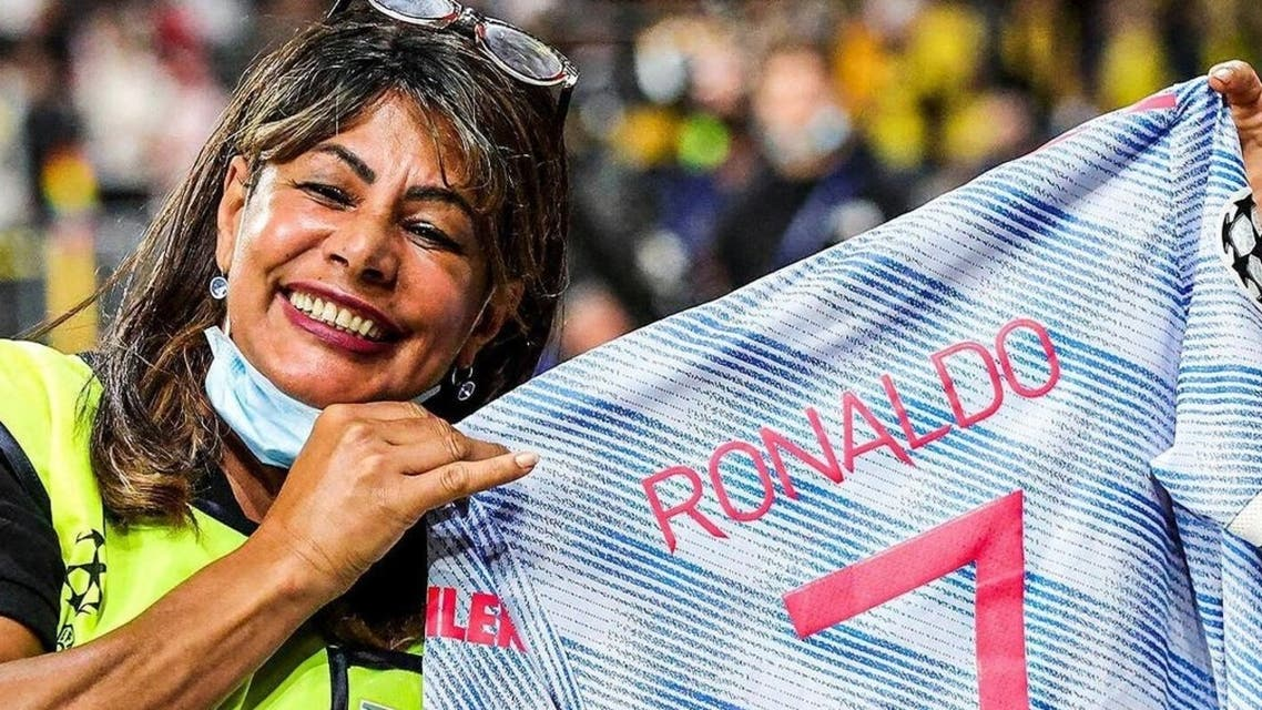 Cristiano Ronaldo gifted a steward with a special keepsake of his match-worn shirt following Manchester United's opening Champions League clash against Young Boys. (Twitter)