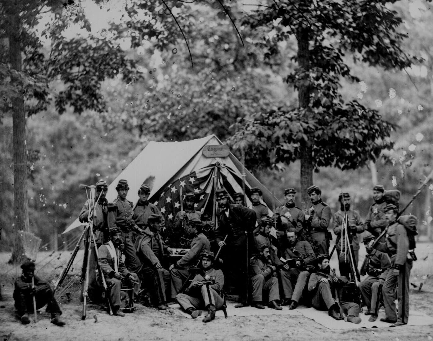 عدد من جنود الاتحاد أمام إحدى الخيم
