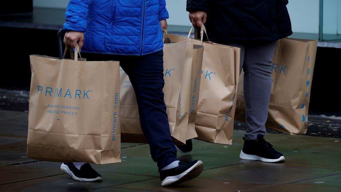 متسوقون في بريطانيا (رويترز)