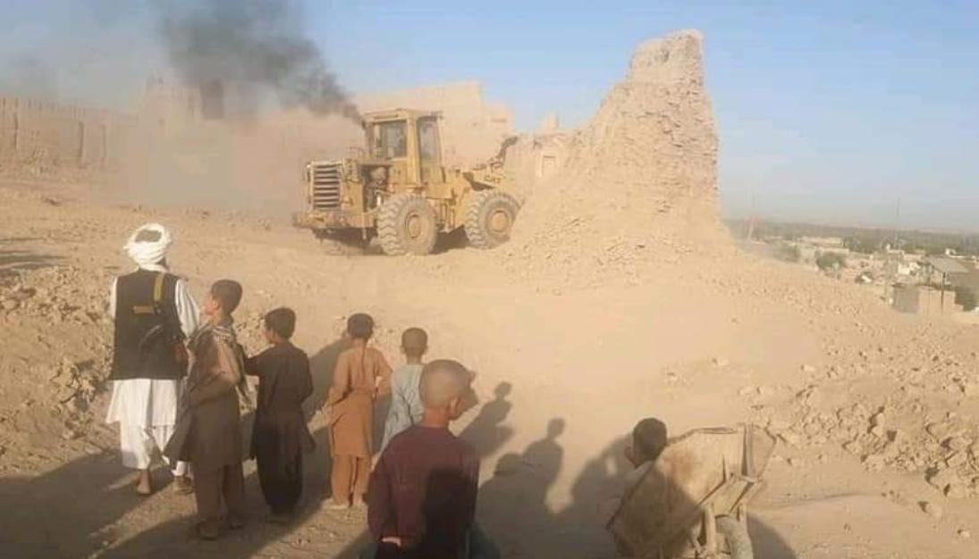 طالبان تدمر حصنا تاريخيا في هلمند (صورة من وكالة أسواكا)
