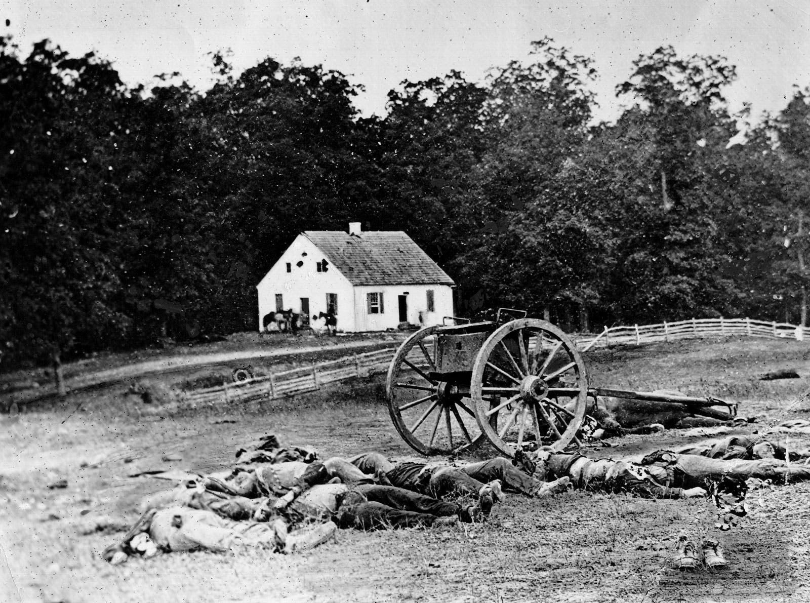 جثث جنود سقطوا خلال معركة أنتياتم
