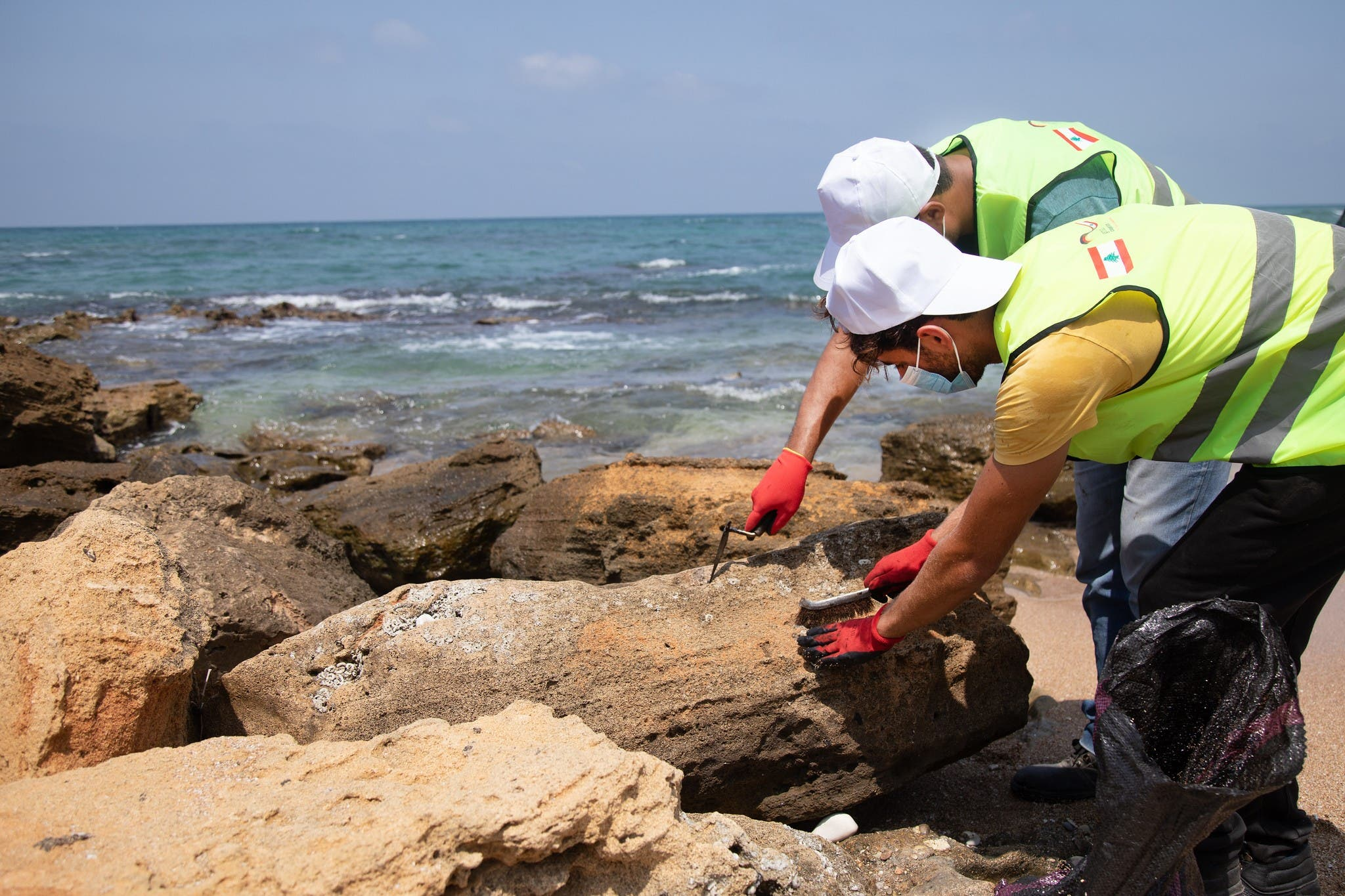 The weather and the time of day affect the difficulty of the cleanup, with higher temperatures causing oil residues to become more fluid and sticky, making them tougher to clean off hard surfaces like rocks. (Image: UNDP)