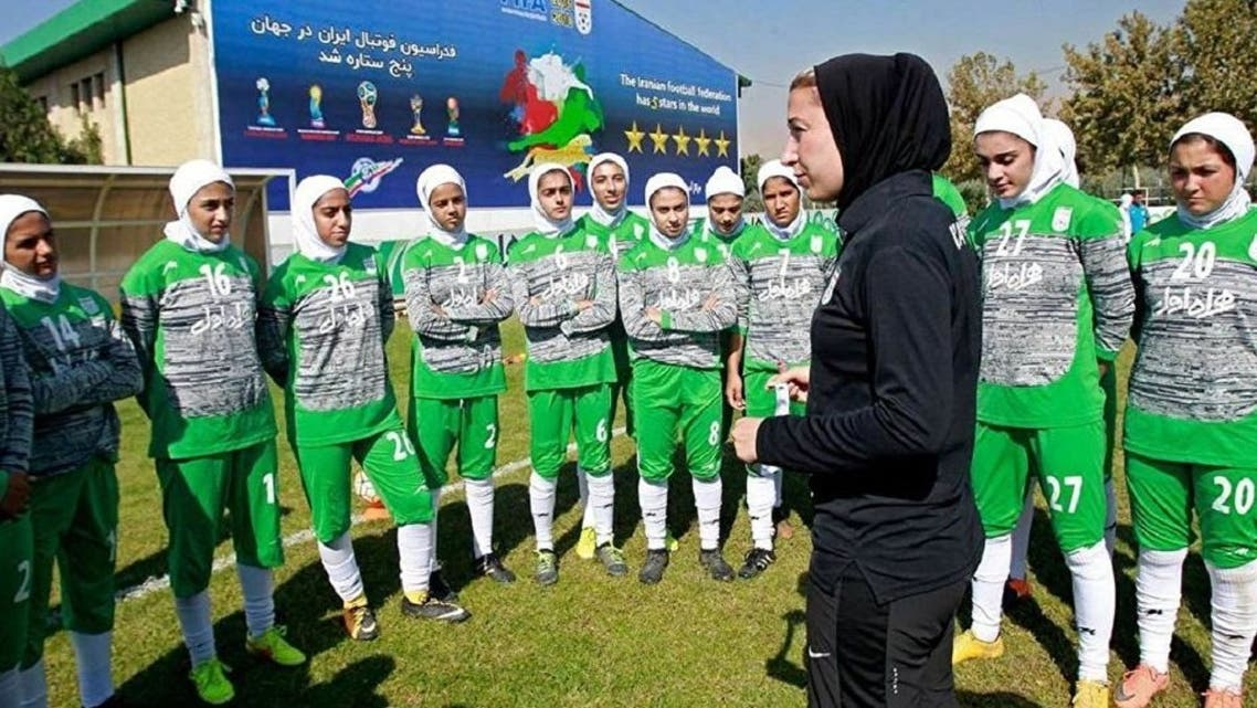 لاعبات كرة القدم الإيرانيات في ملابس رياضية2